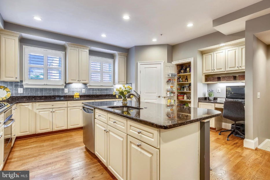 large and elegant gourmet kitchen in 418 pendleton st in old town alexandria